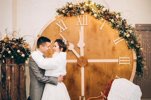 Bruid en bruidegom op kersttijd