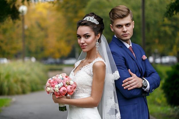 Bruid en bruidegom op straat