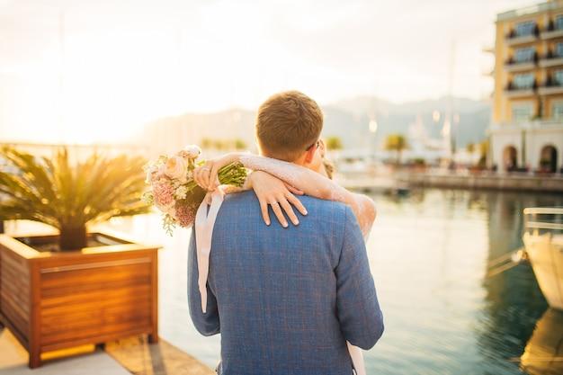 Bruid en bruidegom op trouwdag buiten wandelen in de lente natuur