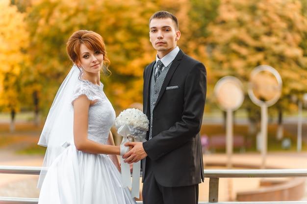 Bruid en bruidegom op wandeling