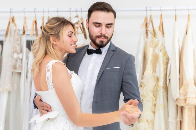 Bruid en bruidegom paar van kaukasische dansen en grapje in trouwstudio.