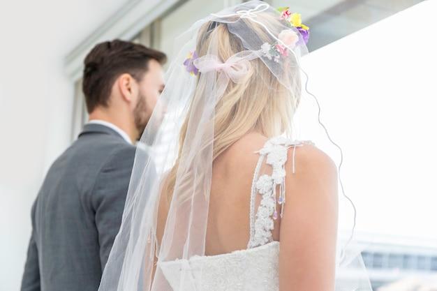 Bruid en bruidegom paar van kaukasische glimlach en permanent samen.