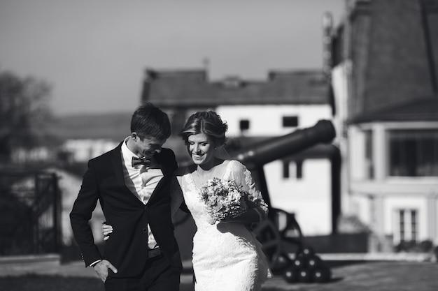 Bruid en bruidegom plezier in een oude stad