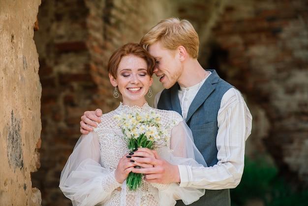 Bruid en bruidegom poseren buitenshuis