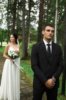 Bruid en bruidegom poseren in de natuur