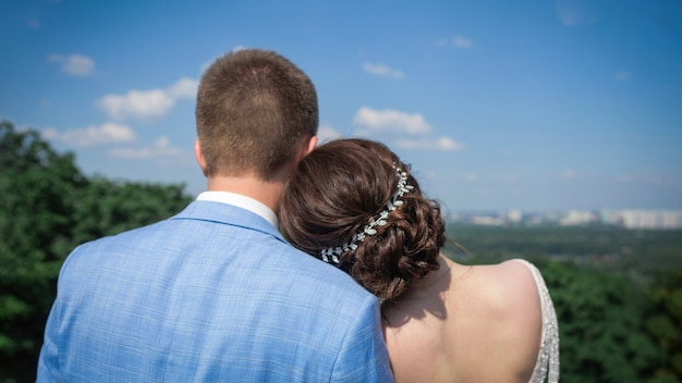 Bruid en bruidegom samen op zoek naar een grote stad.