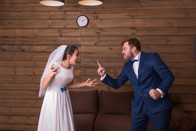 Bruid en bruidegom schreeuwen tegen elkaar