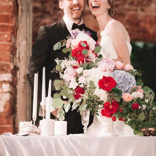 Bruid en bruidegom staan in een vintage restaurant.