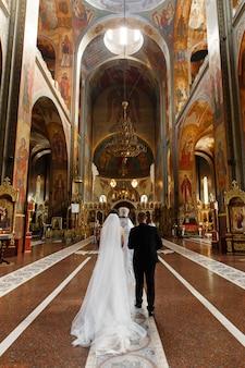 Bruid en bruidegom tijdens huwelijksceremonie in christelijke kerk