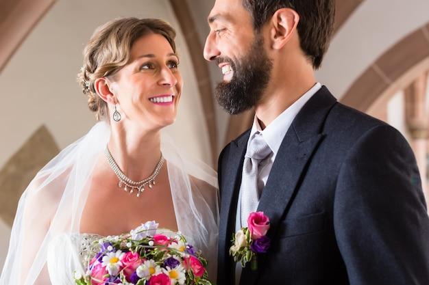 Bruid en bruidegom trouwen op kerkelijk huwelijk