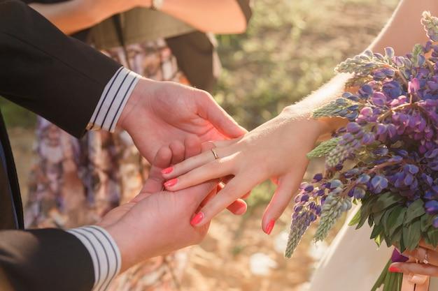 Bruid en bruidegom uitwisselingsringen