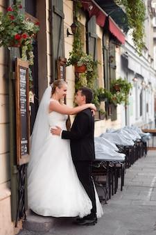 Bruid en bruidegom voor de bruiloft