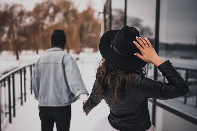 Bruid en bruidegom wandelen in de winter