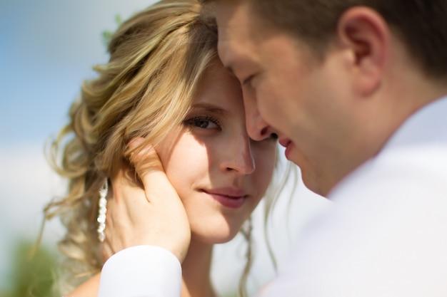 Bruid en bruidegom wandelen langs de bosweg. bruiloft dag. de bruid voor de bruiloft. liefde voor man en vrouw. mooi stel. bruid en bruidegom.