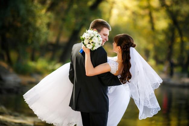 Bruid en bruidegom zijn een romantisch moment