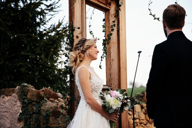 Bruid en bruidegom zijn op de huwelijksceremonie