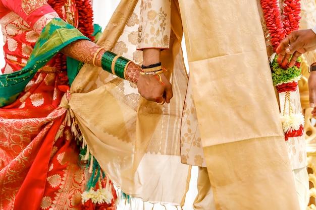 Bruid en bruidegomhanden, indisch huwelijk