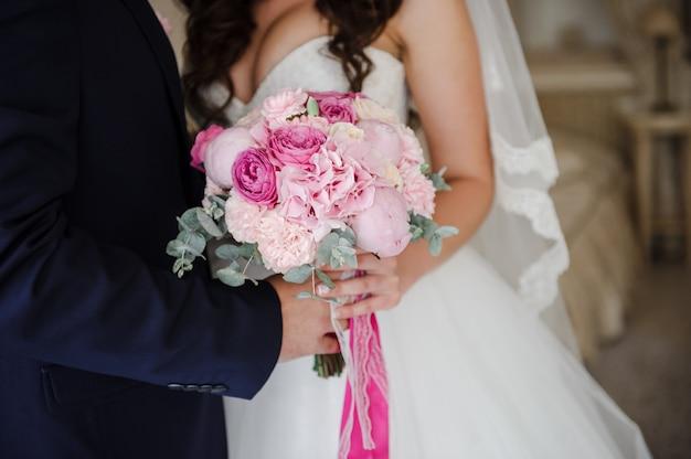 Bruid en bruidegomholdingsboeket samen