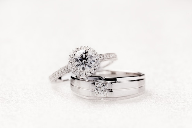 Bruid en bruidegomverlovingsringen op witte achtergrond