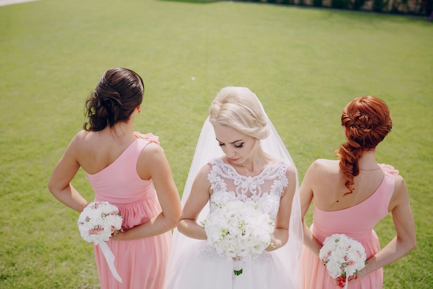 Bruid en bruidsmeisjes met boeketten