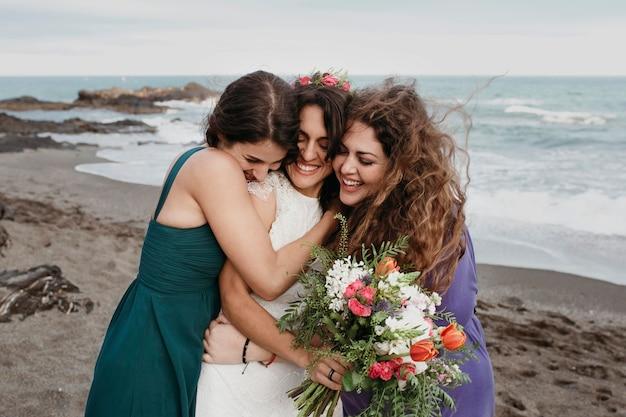 Bruid en bruidsmeisjes op het strand