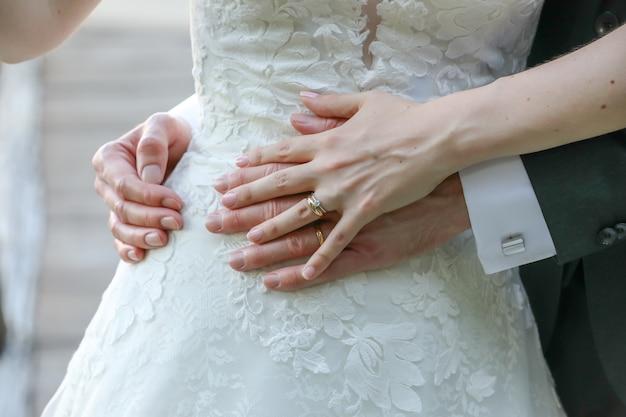 Bruid en een bruidegom knuffelen elkaar