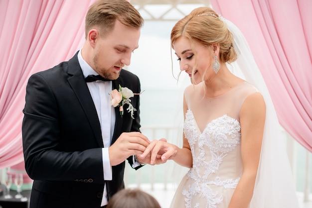 Bruid en greek wisselen hun ringen uit tijdens de ceremonie