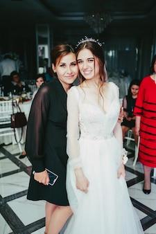 Bruid en zus op de bruiloft