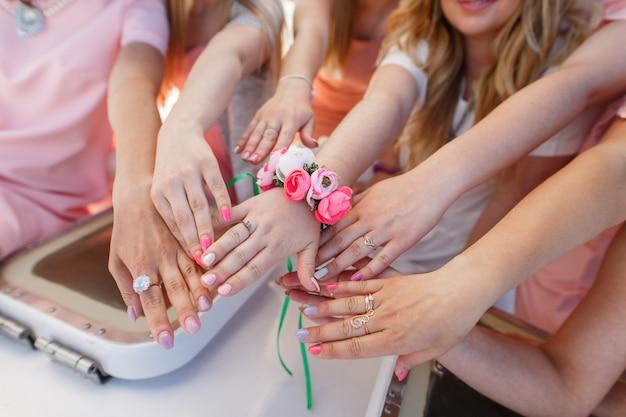 Bruid handen en bruid vriendinnen.