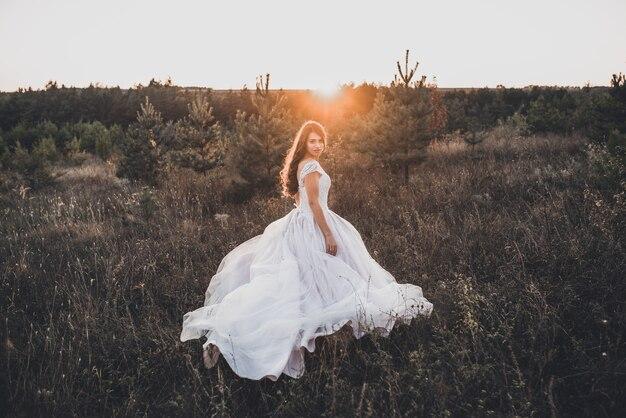 Bruid in bruiloft witte jurk lopen
