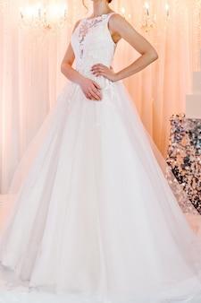Bruid in dure, luxe jurk tijdens ceremonie op huwelijksdag. vrouw, details van modellen uit de collectie.