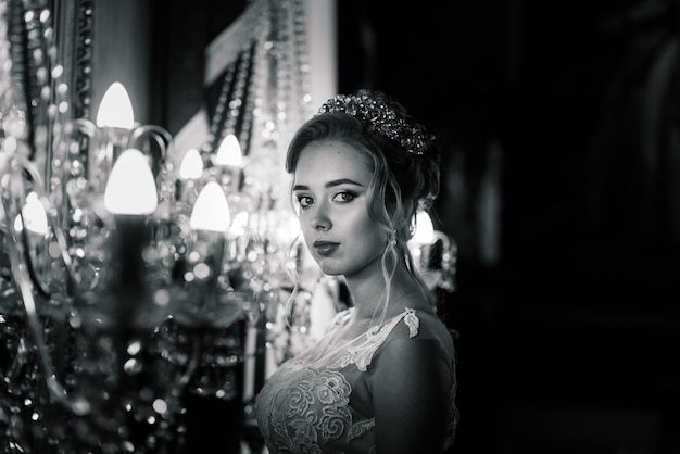 Bruid in een luxe vintage retro hotel, bruiloft