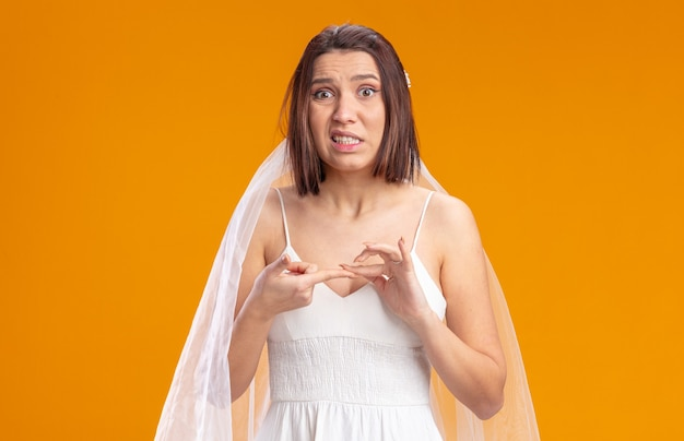 Bruid in mooie trouwjurk ziet er verward en erg angstig uit