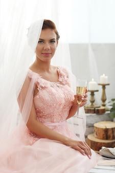 Bruid in roze jurk