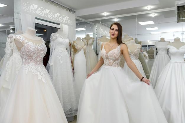 Bruid in trouwjurk passend in atelier