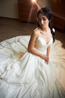 Bruid in trouwjurk poseren