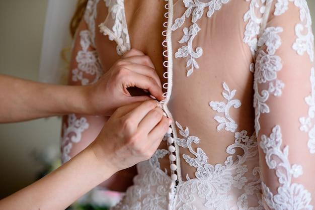 Bruid jurk met knopen