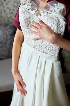 Bruid kleedt zich aan in de kamer