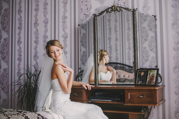 Bruid lachend met een spiegel
