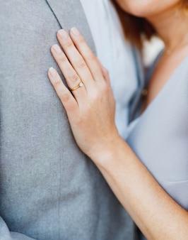 Bruid legde haar hand op de borst van de bruidegom en knuffelde hem