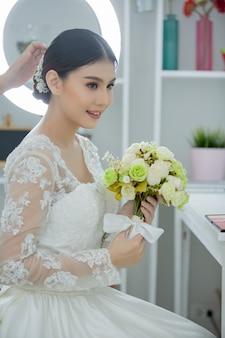 Bruid maakt haar met jurk