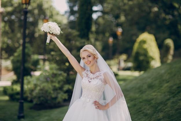 Bruid met boeket hoog