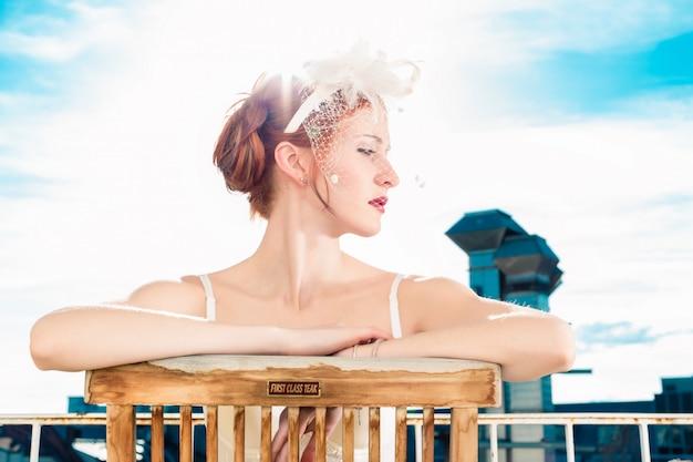 Bruid met bruidslingerie zittend op een balkon