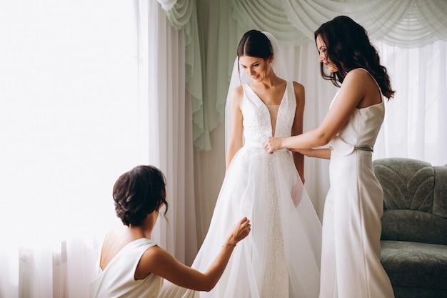Bruid met bruidsmeisjes die voor huwelijk voorbereidingen treffen