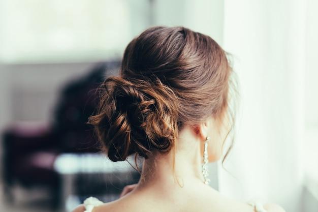 Bruid met bruiloft make-up en kapsel.