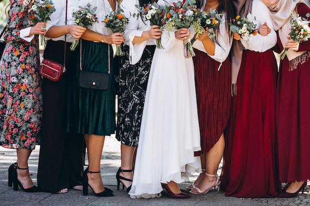 Bruid met de meiden van de bruid