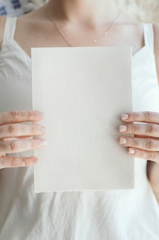 Bruid met een lege witte kaart