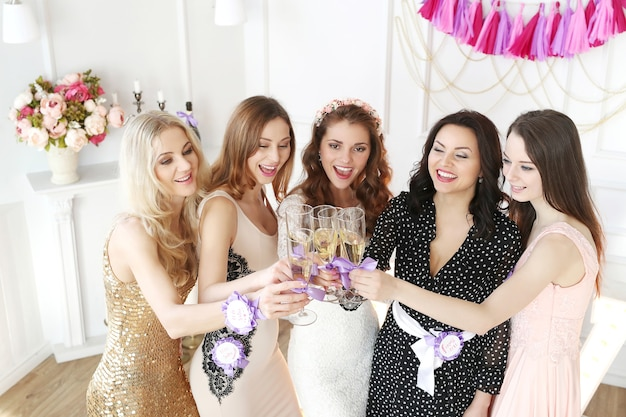 Bruid met haar bruidenmadi's