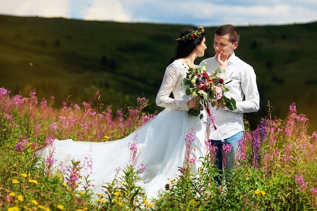 Bruid met haar man in de bergen. pre-wedding fotoshoot