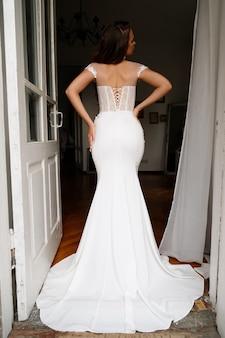 Bruid met haar rug in een witte trouwjurk